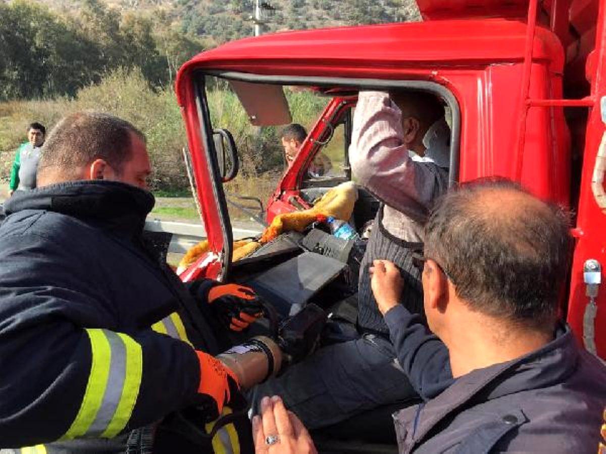 Direksiyon başında sıkışan kamyon şoförünü itfaiye kurtardı