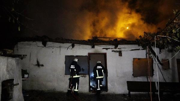 Evin deposunda çıkan yangın korkuya neden oldu