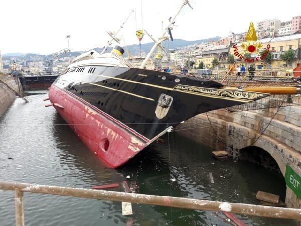 İtalya'da limanda lüks yat devrildi: 4 yaralı
