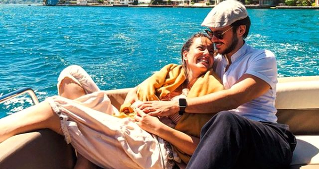 Oyuncu Anıl Altan'ın, eşi Pelin Akil'in çenesinden öptüğü karesine beğeni yağdı