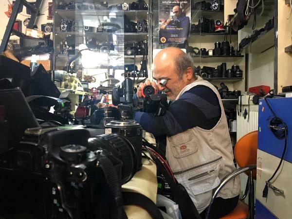 Protez kollu usta, 40 yıldır kamera ve fotoğraf makinesi tamir ediyor